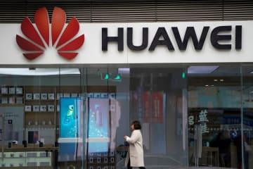 中国・上海の商業施設にある華為技術(ファーウェイ)のロゴ=2018年12月(ロイター=共同)