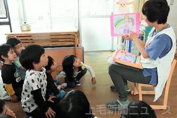 モンゴルから贈られた絵に興味を持つ園児