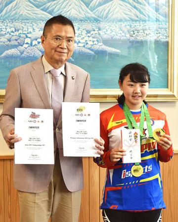 アジア選手権とマレーシア国際大会で優勝したことを久喜邦康市長(左)に報告した浅見渚さん=15日午後1時50分ごろ、秩父市役所