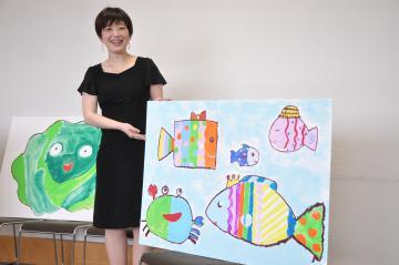 「第29回ホビー大賞」で文部科学大臣賞を受賞した末石真弓さんと児童らと共に制作した紙芝居=牛久市中央