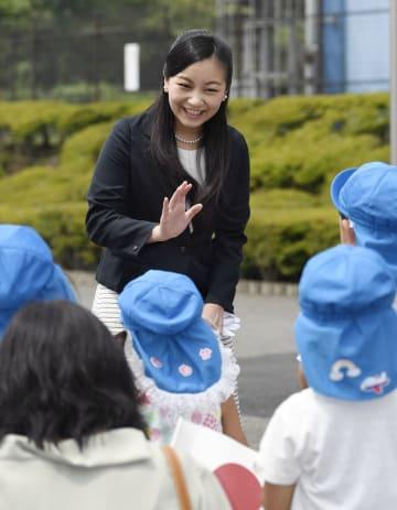 園児たちに手を振られる秋篠宮家の次女佳子さま=2018年7月、静岡県御殿場市