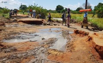 サイクロンで大きな被害を受けた道路(モザンビークで)© MSF