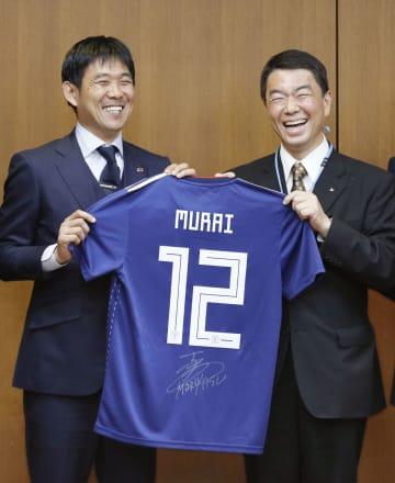 宮城県の村井嘉浩知事(右)にサイン入りユニホームを贈るサッカー日本代表の森保一監督=16日、宮城県庁