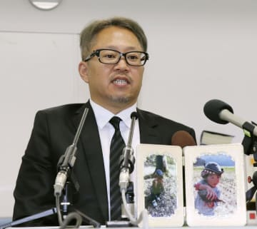 判決後、榛葉天翔ちゃんの写真を前に記者会見する父親の英樹さん=16日午後、京都市