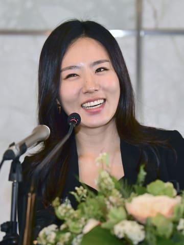 16日、ソウルで開いた記者会見で現役引退を表明したスピードスケートの李相花(共同)