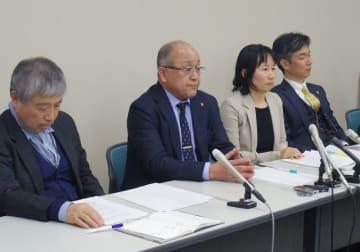 写真中央が上田進久さん、女性が室谷悠子弁護士