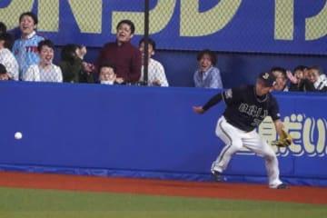 ライトへのフライを落球したオリックス・小島脩平【写真:荒川祐史】