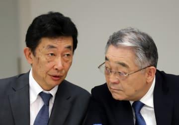 有賀修二氏(左)と東入来信博氏(写真:つのだよしお/アフロ)