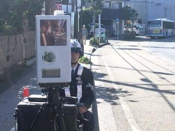 速度違反の取り締まりに当たる警察官=横浜市金沢区寺前1丁目