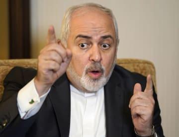 インタビューに答えるイランのザリフ外相=16日午後、東京都内のホテル