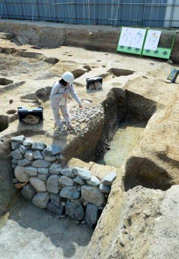 平清盛ゆかりの六波羅邸跡で出土した軍事防御用の堀跡。土留めの石垣も施されている(16日午後2時25分、京都市東山区)