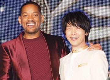 映画「アラジン」のイベント「マジック・カーペットイベント」に登場した中村倫也さん(右)とウィル・スミスさん