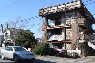 壁が崩れるなどしている空き家のマンション(野洲市野洲)