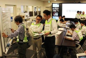 初動訓練で、災害に関する情報を収集する職員=長崎県庁