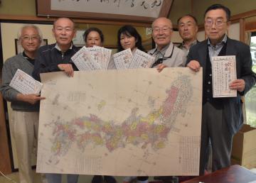 「赤水図」の原寸大レプリカをPRする長久保赤水顕彰会のメンバー=高萩市大能
