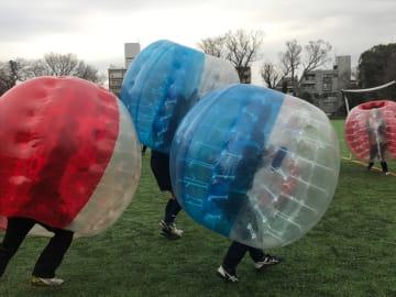 バブルサッカーのプレー風景。激しく動いても安全だ