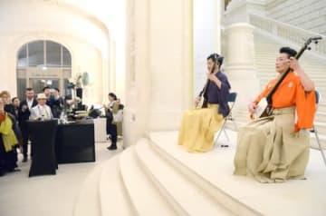 新潟市とナント市の姉妹都市提携10周年を祝うイベントで三味線を披露する高橋竹育さん(右)と小林史佳さん=15日、仏ナント市