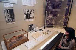 谷崎潤一郎の手紙や妻が身につけた着物、愛猫のはく製も飾られた展示会場=芦屋市精道町