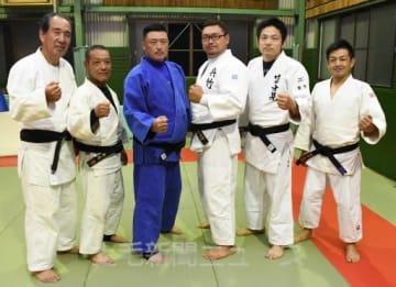 「全国優勝したい」と意気込む選手と桜井監督(右)