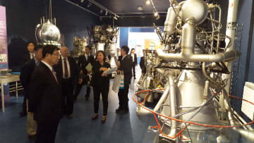 ロケットエンジンなどの展示物を視察する古田肇知事ら=ロシア・サンクトペテルブルク、国立宇宙とロケットの博物館