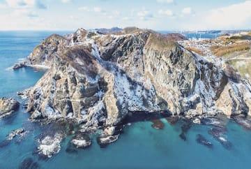 海側から地球岬の断崖絶壁を撮影した佐藤さんの写真
