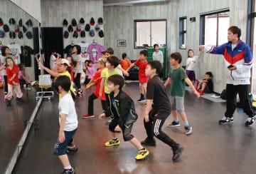 発表会に向け子どもらにヒップホップを指導する北山さん(右)=長崎県対馬市厳原町、パールダンススタジオ