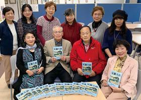 完成した室蘭文藝52号を囲む浅野会長(前列左から2人目)と編集委員ら