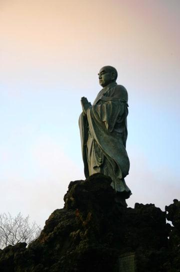 清澄寺の旭が森にある日蓮聖人銅像(鴨川市提供)
