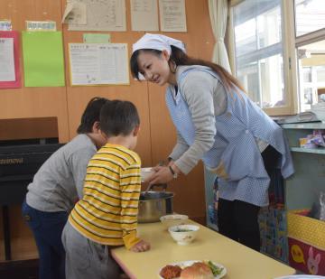 給食の配膳を行う「保育士周辺業務支援員」の船木美里さん=東海村大山台