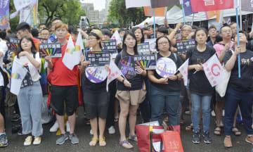 17日、台北市の立法院周辺で同性愛者の立場を尊重した法案の可決を呼び掛ける若者ら(共同)
