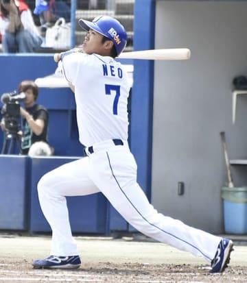 中日×広島=1回裏中日2死満塁、左翼フェンス直撃の3点三塁打を放った根尾=ナゴヤ球場