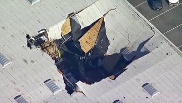 16日、米カリフォルニア州でF16戦闘機が墜落した倉庫の屋根(KABCテレビ提供・AP=共同)