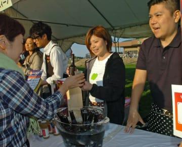 参加者たちがシードルの飲み比べを楽しんだ「シードルナイト」