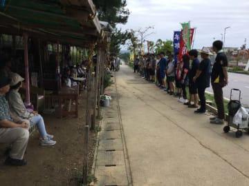 「沖縄の現状を伝えたい」と訴えた全国から集まった労働組合青年部のメンバー=17日午前、名護市辺野古の米軍キャンプ・シュワブゲート前