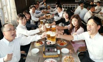 ビールジョッキで乾杯するグループ客=16日、大分市のトキハ本店