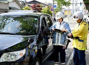 子どもたちを事故から守るため、県警が通学路で実施した交通違反の一斉取り締まり=16日午前8時19分、山形市小白川町2丁目