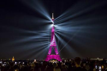 エッフェル塔で130歳祝う光のショー