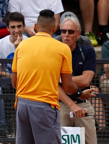 テニスのイタリア国際で、審判に抗議するニック・キリオス(左)=16日、ローマ(ゲッティ=共同)