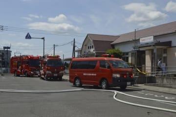 倉庫から出火し、一時騒然となった鴨島駅前=17日午後1時40分ごろ、吉野川市鴨島町
