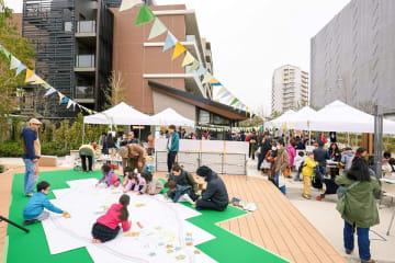 十日市場ヒルタウンの21街区の広場で行われた地域交流イベント=横浜市緑区