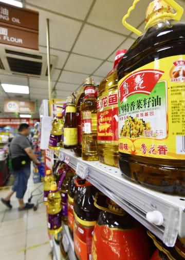 北京市内にあるスーパーの食用油売り場=17日(共同)