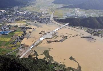 2013年の台風18号の大雨によって広範囲に冠水した福井県若狭町の三方湖周辺=2013年9月16日