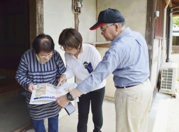 土砂災害の警戒区域を訪問し、住民に危険性を周知する熊本県益城町の地元区長ら=17日午後