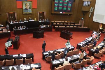 同性婚の権利を保障する特別法案を採決する台湾の立法院=17日、台北市(中央通信社=共同)