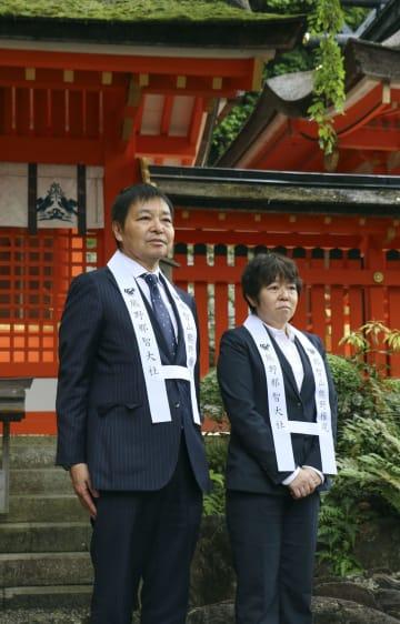 熊野那智大社を訪れた日本サッカー協会の岩上和道副会長(左)と今井純子女子委員長=17日、和歌山県那智勝浦町