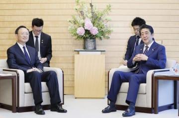 中国の楊潔チ共産党政治局員(左)と会談する安倍首相=17日午後、首相官邸