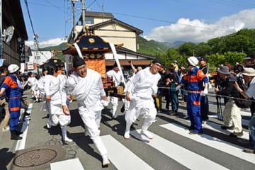 神輿を担いだ白装束の男衆が勇壮に門前町を駆け抜けた=山形市山寺