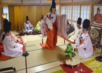 詠み上げられた歌に合わせ、即興で舞を披露する白拍子姿の会員(京都市下京区・若一神社)