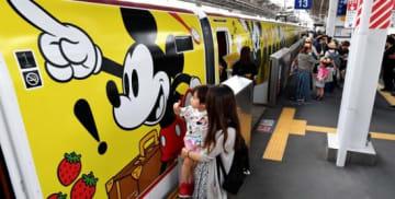 JR鹿児島中央駅に到着する「ミッキーマウス」をデザインした九州新幹線=鹿児島市中央町
