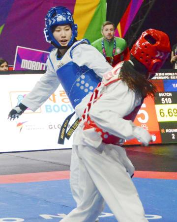 女子49キロ級2回戦 モロッコ選手(手前)と対戦する山田美諭=マンチェスター(共同)